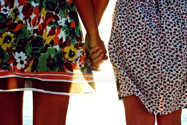 Freundinnen halten Händchen — Stockfoto