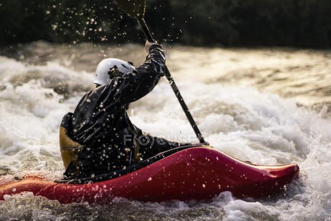Uomo kayak in acqua bianca — Foto stock