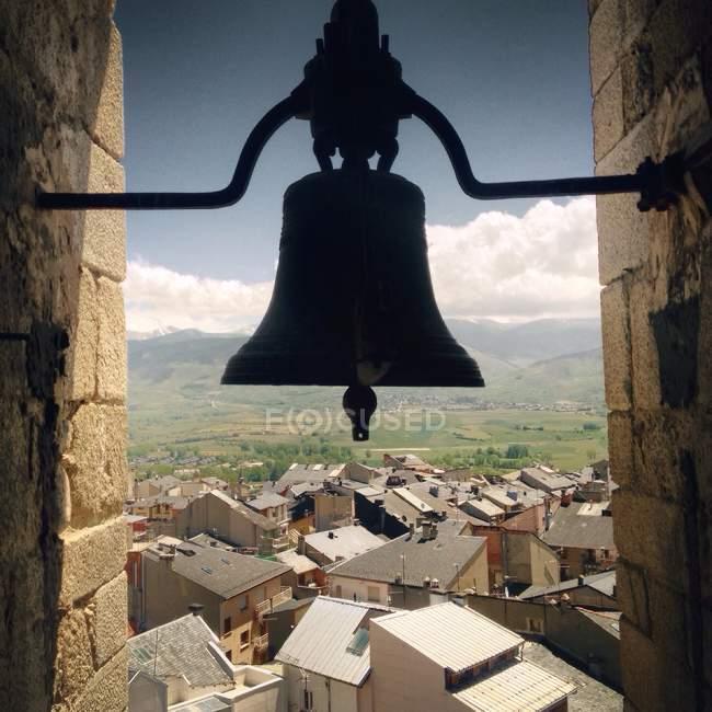 Місто з силует Белл на передньому плані — стокове фото