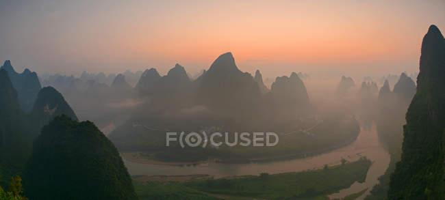 Alba sopra le montagne carsiche Cina — Foto stock