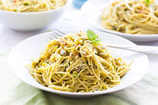 Спагетті з песто м'ята авокадо — стокове фото