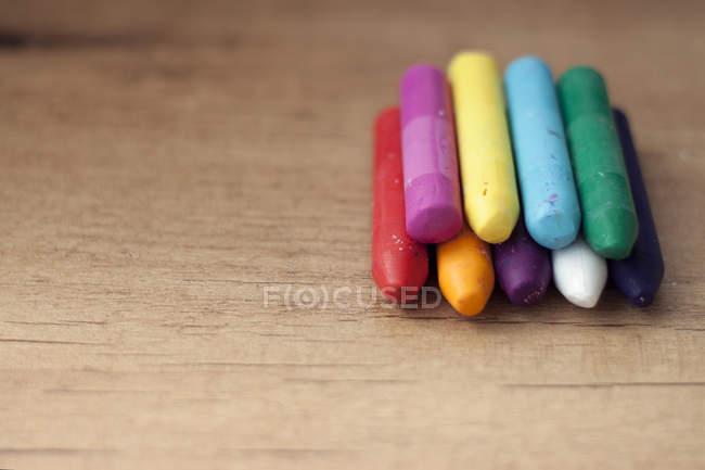 Crayons sur table en bois — Photo de stock