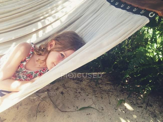 Menina deitada na cama de rede — Fotografia de Stock