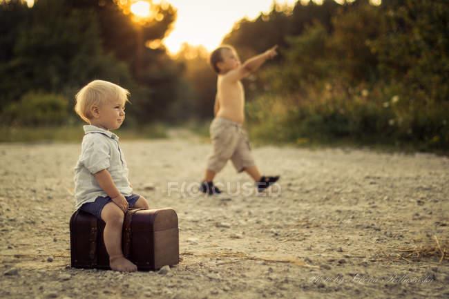 Meninos brincando ao ar livre — Fotografia de Stock