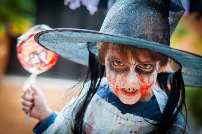 Garçon avec un costume effrayant pour halloween — Photo de stock
