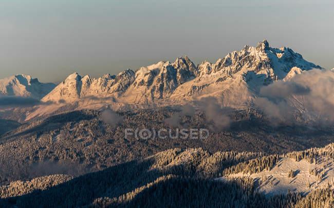 Impressionnante chaîne de montagnes alpine — Photo de stock