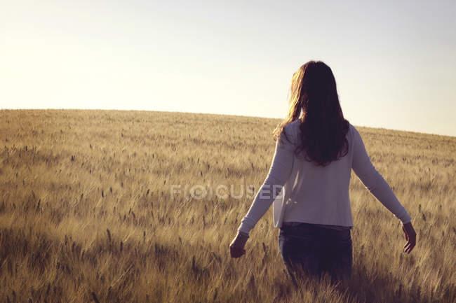 Donna in piedi nel campo di grano — Foto stock