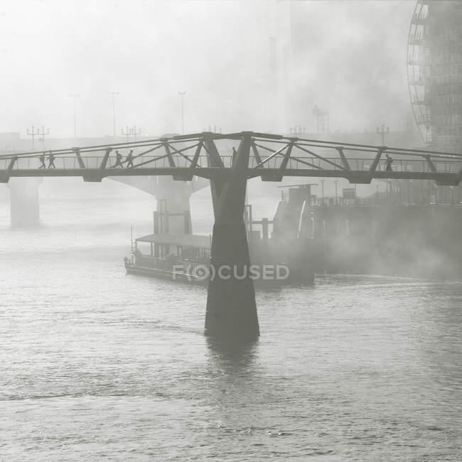 Puente del Milenio en niebla - foto de stock