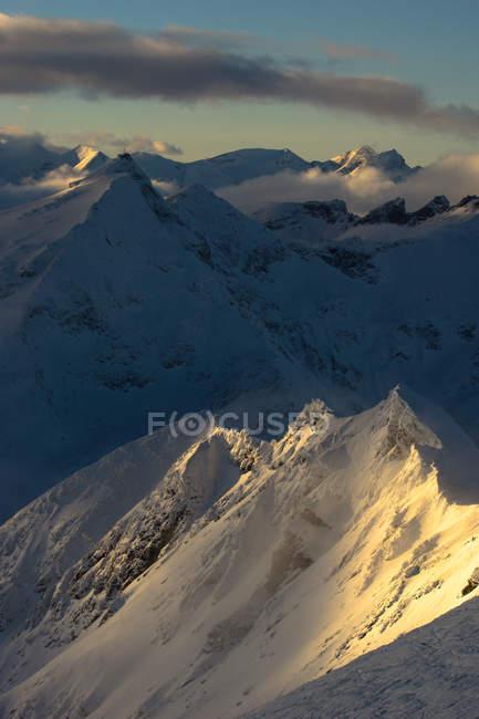 Condizioni di vento sulle cime innevate — Foto stock