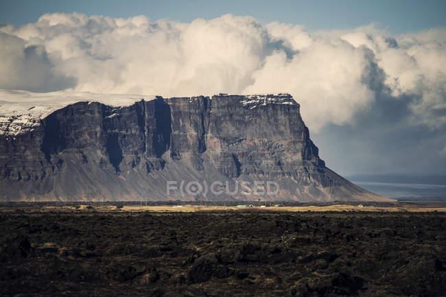 Прекрасный вид на величественные скалы — стоковое фото