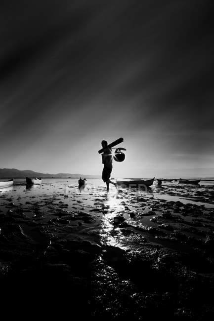 Hombre volviendo de la pesca - foto de stock