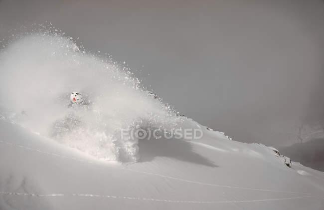 Inclinação descendente de esquiador — Fotografia de Stock