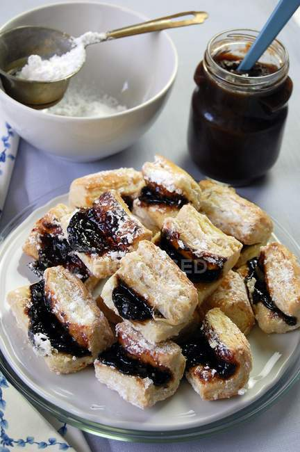 Dessert with puff pastry leaves and plum jam — Stock Photo