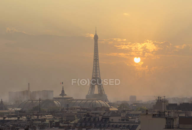 Cityscape with Eiffel Tower — Stock Photo