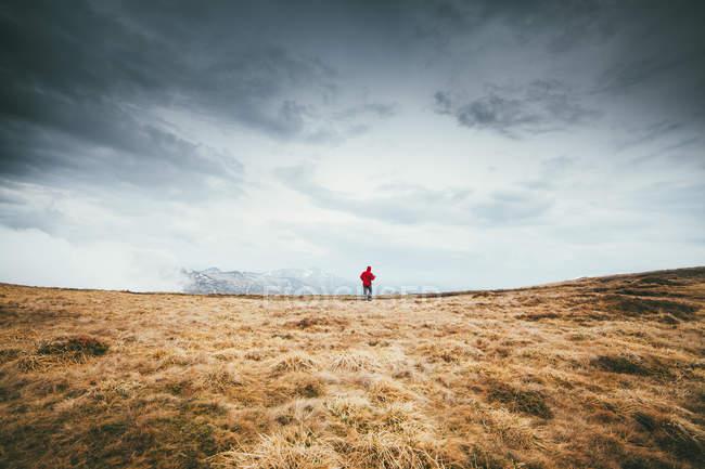 Человек, путешествующий один — стоковое фото