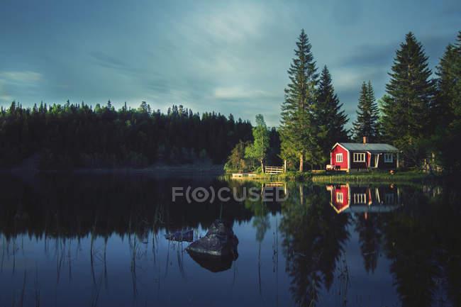 Petit chalet du lac — Photo de stock