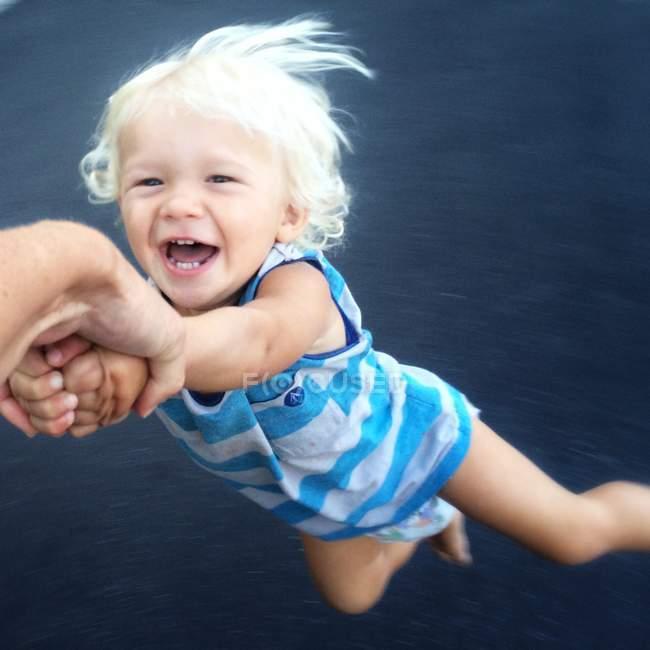 Малыш, вращается вокруг — стоковое фото