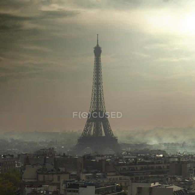 Эйфелева башня в смога — стоковое фото