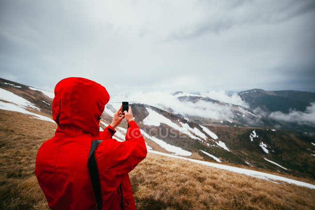 Man photographing landscape — Stock Photo
