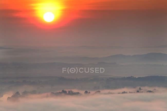 Belo nascer do sol sobre as montanhas — Fotografia de Stock