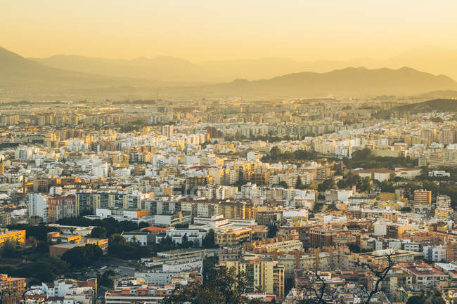 Erhöhter Blick auf die Stadt bei Sonnenaufgang — Stockfoto