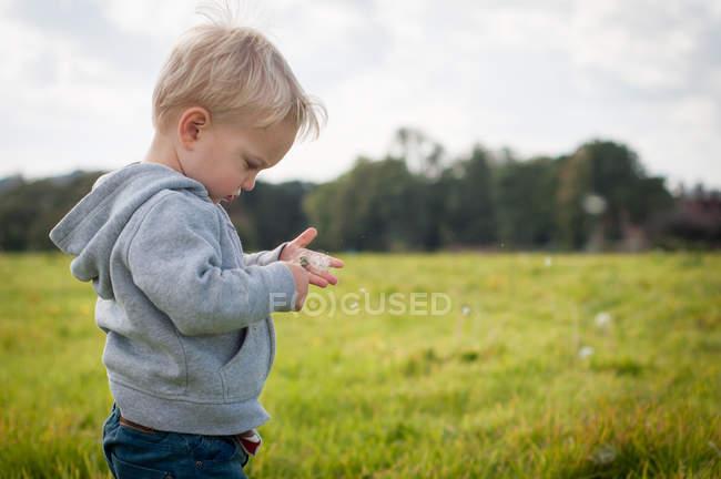 Мальчик играет на открытом воздухе — стоковое фото