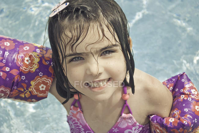 Young girl in swimming pool — Stock Photo