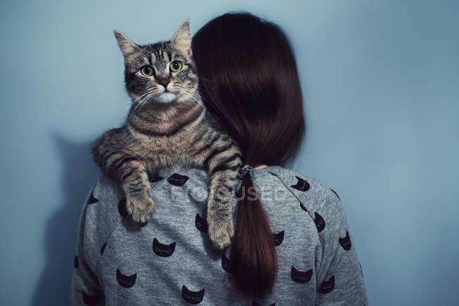 Jeune femme tenant chat — Photo de stock
