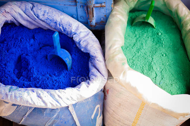 Polvos de colores para tintes textiles en las calles - foto de stock