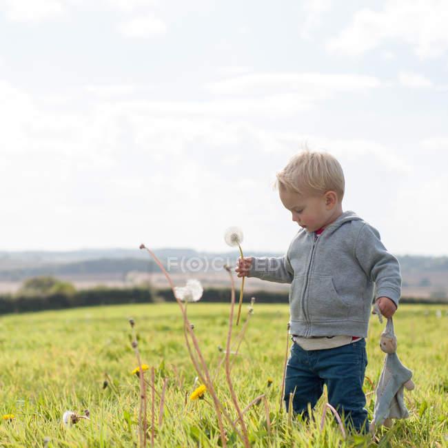 Niño jugando al aire libre - foto de stock