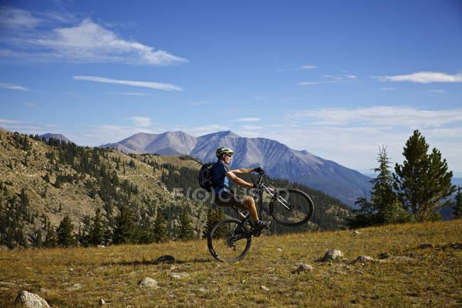 Vista laterale del ciclista che fa passo — Foto stock