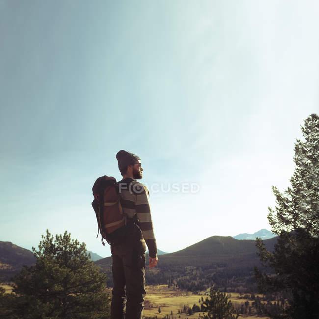 Wanderer betrachten Landschaft — Stockfoto