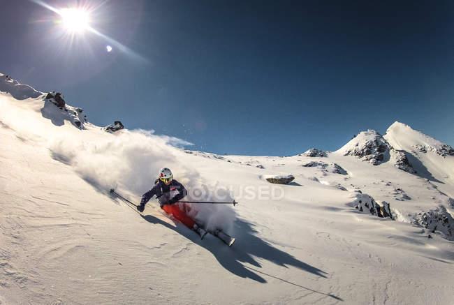 Skieur faisant tourner dans la neige fraîche — Photo de stock