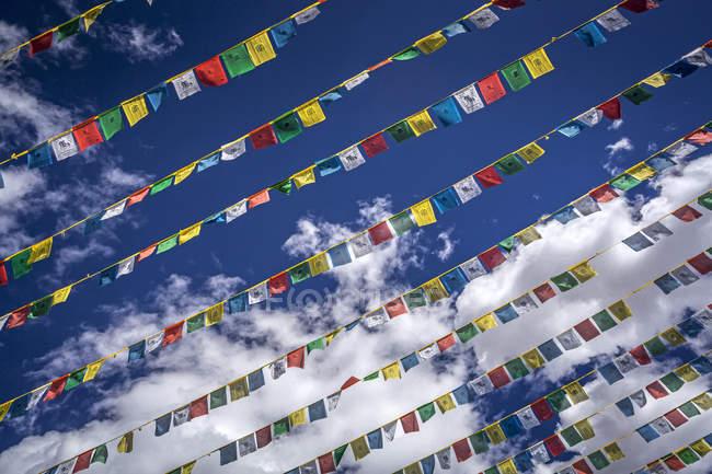 Bandeiras de oração em céu azul — Fotografia de Stock