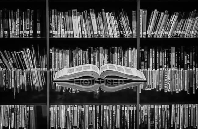 Открытая книга на столе — стоковое фото