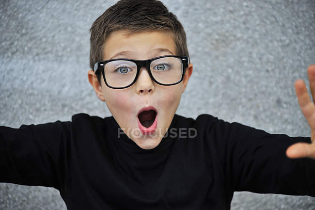 Ragazzo intelligente con gli occhiali — Foto stock