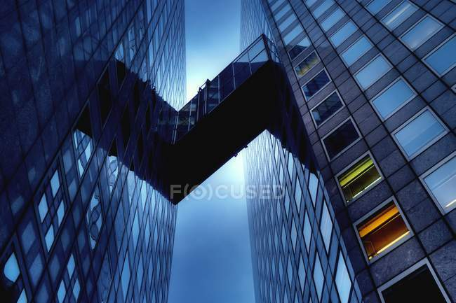 Ponte entre arranha-céus — Fotografia de Stock