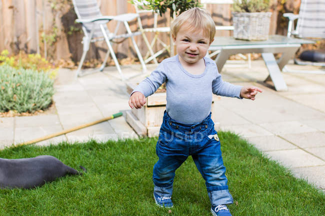 Child playing in backyard — Stock Photo