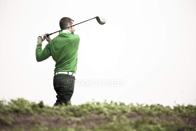 Mann spielt Golf — Stockfoto