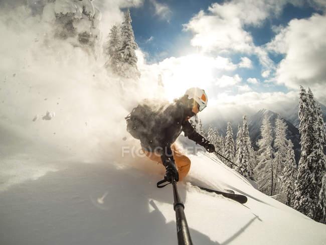 Ski dans les montagnes de l'homme — Photo de stock