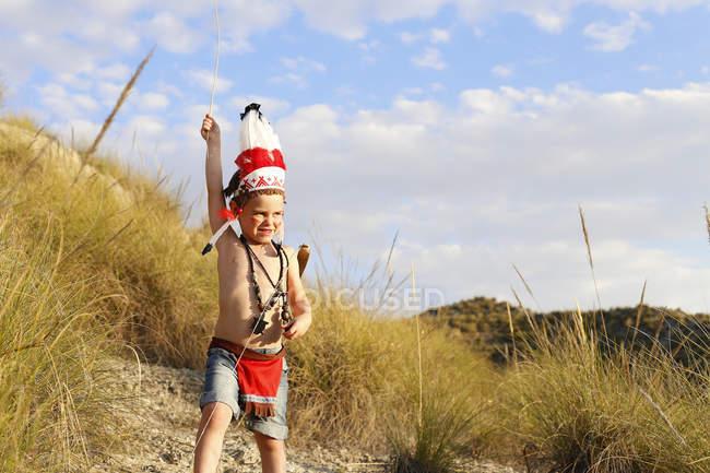 Мальчик в индийском костюме стоит в поле — стоковое фото