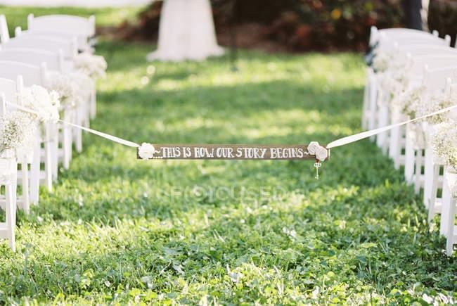 Свадьба баннер прилагается к белой лентой — стоковое фото