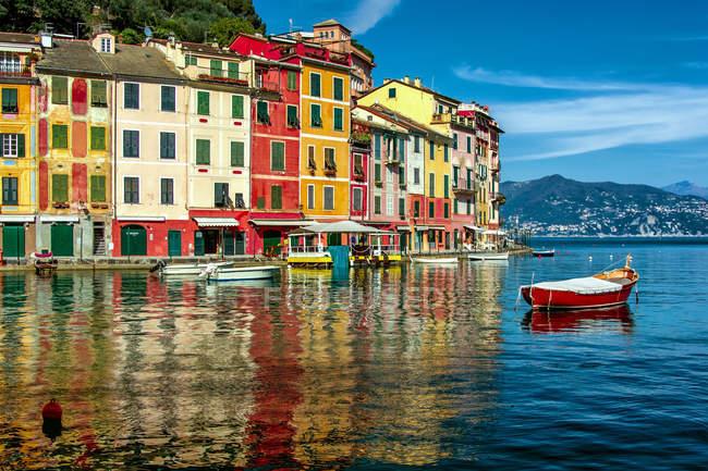Maisons de bord de mer multicolores et port — Photo de stock