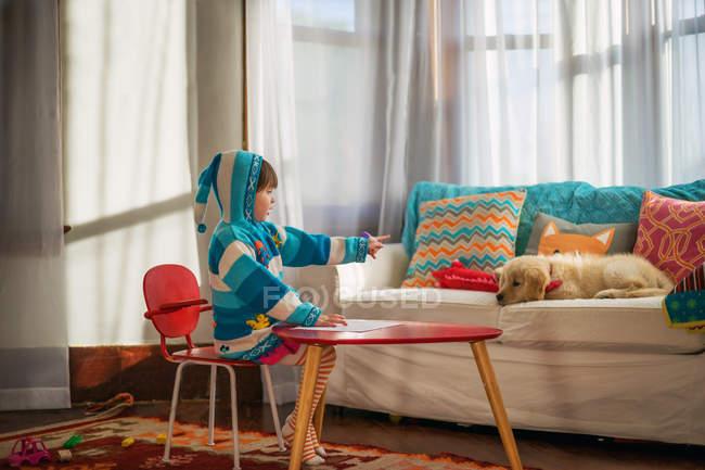 Дівчинка викладання Вівчарки середньоазіатські — стокове фото