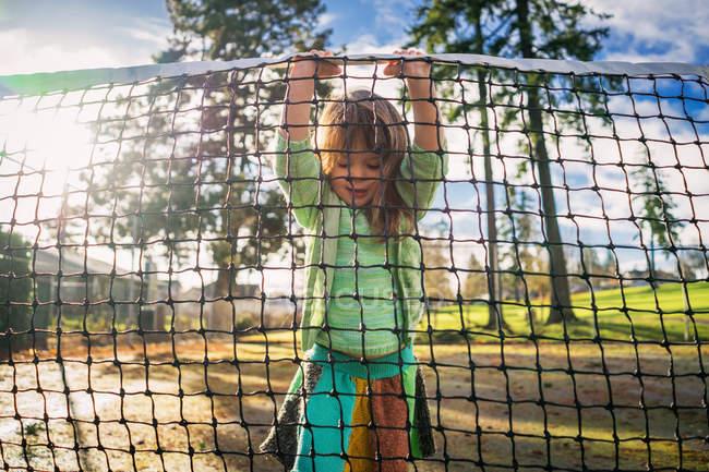 Mädchen am Tennisplatz heben net — Stockfoto