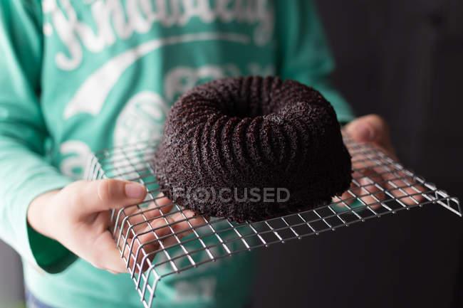 Chico celebración chocolate bizcocho - foto de stock