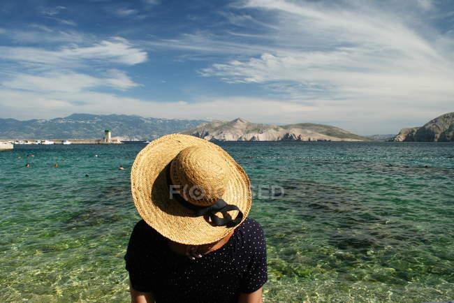 Mujer con sombrero inclina la cabeza - foto de stock