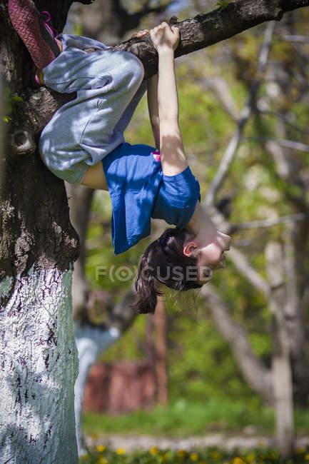 Девочка, висящая над головой — стоковое фото
