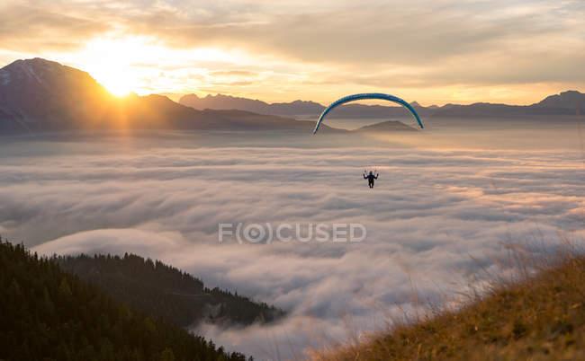 Parapente volar sobre las nubes - foto de stock
