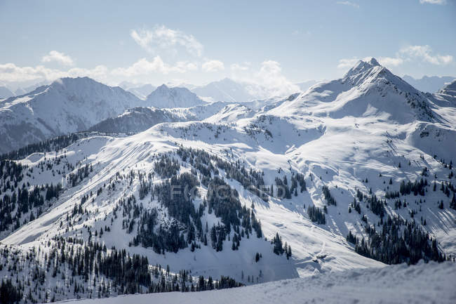 Couvert de neige des montagnes dans les Alpes — Photo de stock